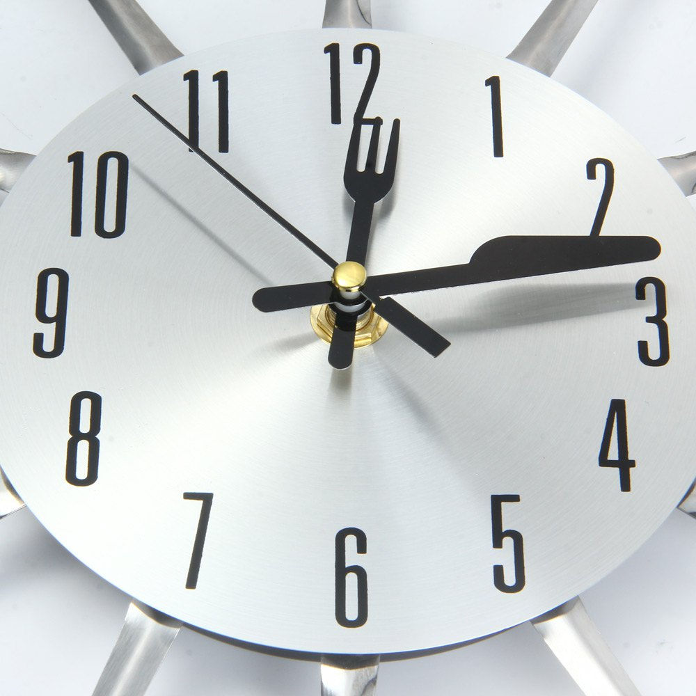 horloge murale pour cuisine avec couverts couleur argent. Black Bedroom Furniture Sets. Home Design Ideas